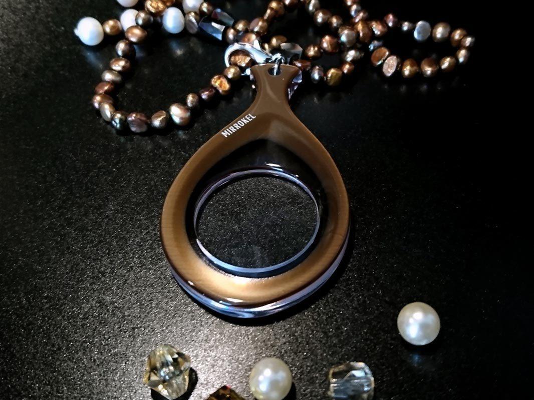 Bilden visar Mirrokel Bronze Gold på ett fint halsband.